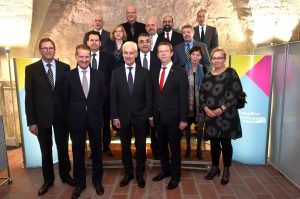 Matthias Müller (Vorstandsvorsitzender der Volkswagen AG) und Klaus Mohrs (Oberbürgermeister der Stadt Wolfsburg) mit weiteren Teilnehmern des Adventsgesprächs.